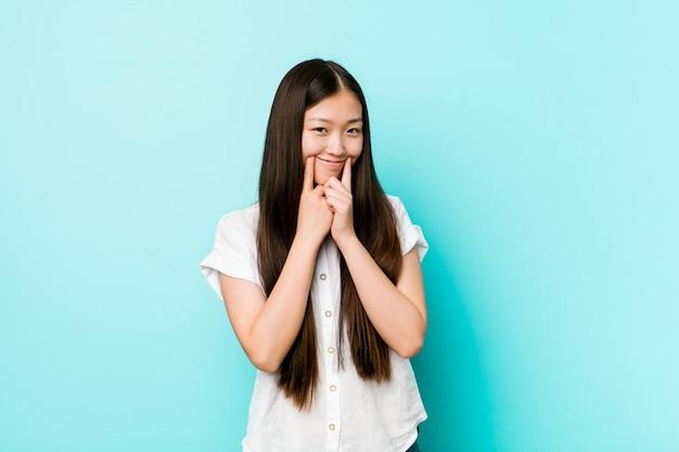 2つのオプションの間を疑っている若いかなり中国の女性。