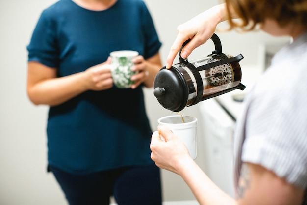 お茶の時間。お茶を飲む2人の女性