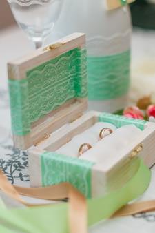 ボックスに2つの結婚指輪
