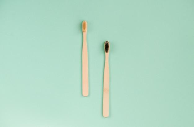歯を磨くための2つの竹ブラシ、明るい暗い山。