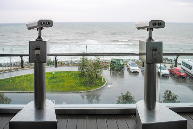 トルコのボスポラス海峡の海岸にある2つの望遠鏡