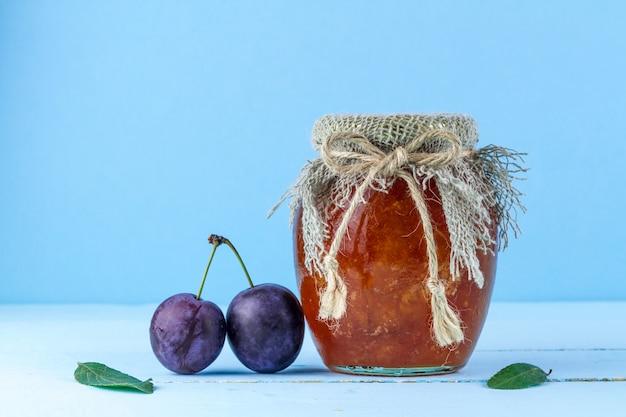 梅の自家製ジャムと2本の梅の瓶、