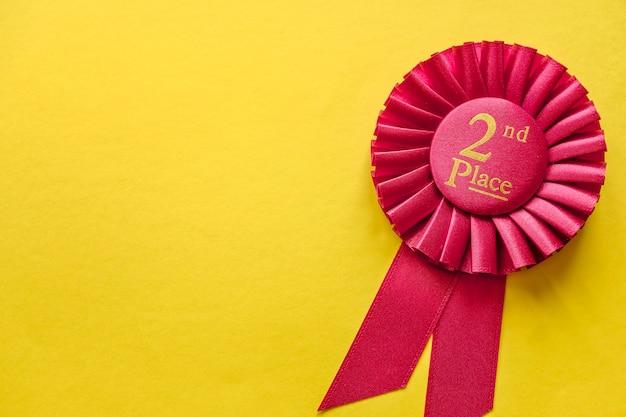2-ое место красная розетка ленты победителей на желтом
