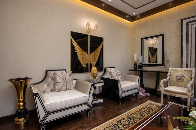 2つの椅子とモダンで豪華なリビングルーム