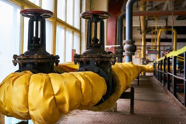 加熱パイプの2つの大きな黒いゲートは黄色い布を分離しました。