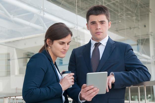 レポートを勉強している2人のビジネス同僚