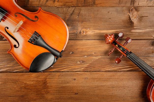 木製のテーブルに2つのバイオリン