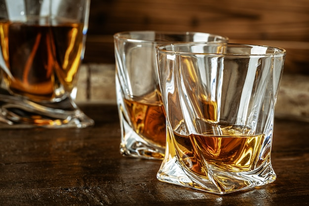 ブランデーまたはコニャックと木製のテーブルの上のボトルを2杯