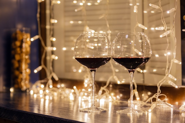 透明なクリスタルグラスに赤ワインを2杯のクローズアップ