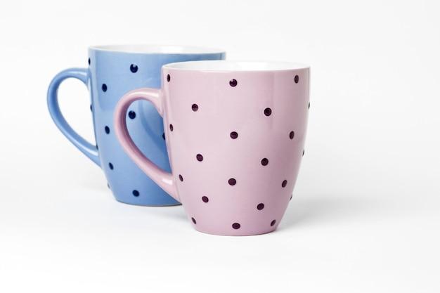 白い表面に分離された2つの茶碗