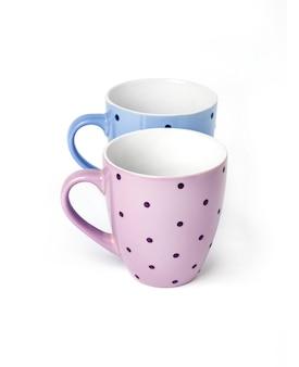 白い背景に分離された2つのマグカップ
