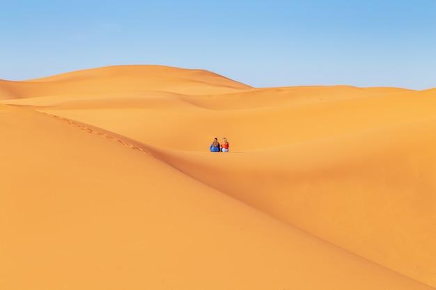 サハラ砂漠のスカーフの2人の女の子。