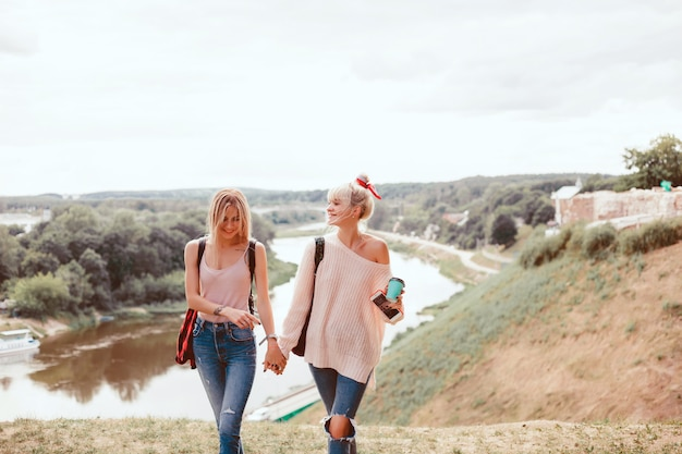 ストリートにポーズを取る2人の若い女の子の姉妹