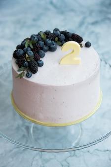 ベリーの装飾が施された2歳の誕生日ケーキ
