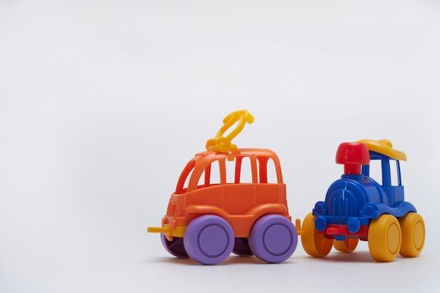 分離された2つのおもちゃの車