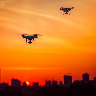 高解像度デジタルカメラを搭載した2台のドローンクアッドヘリコプター