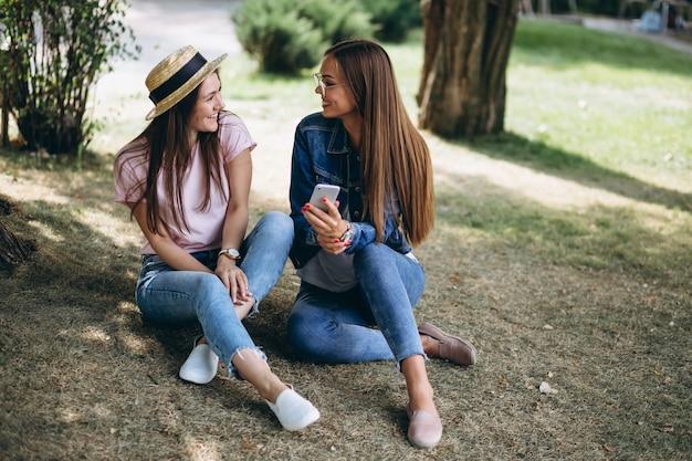 公園に座っている2人の女の子の友達