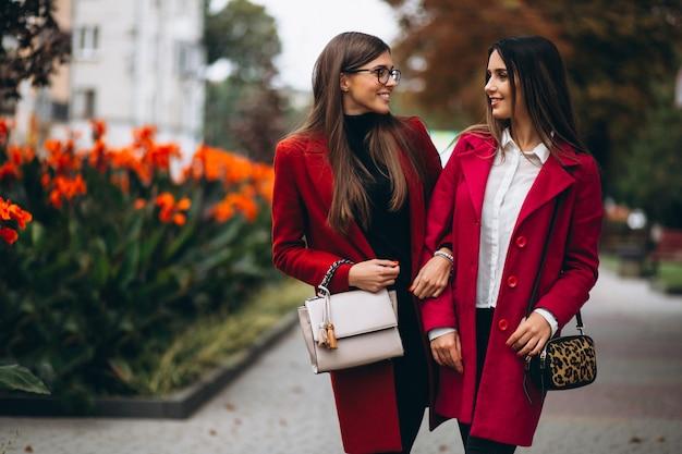 赤いコートモデルの2人の女の子