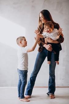 2人の子供を持つ若い美しい母親