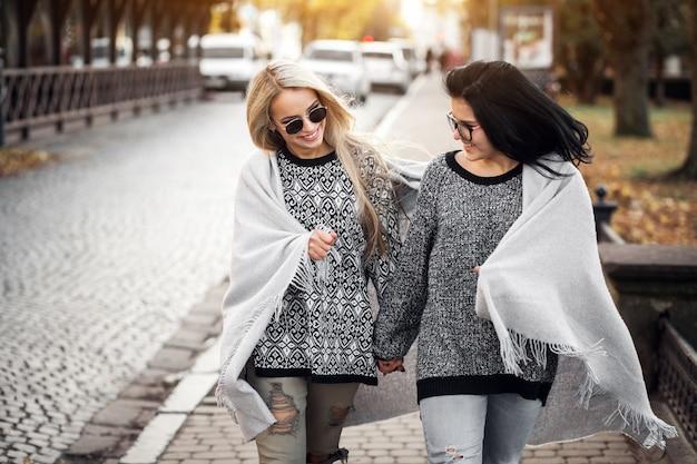 2人の友人が通りを歩いている