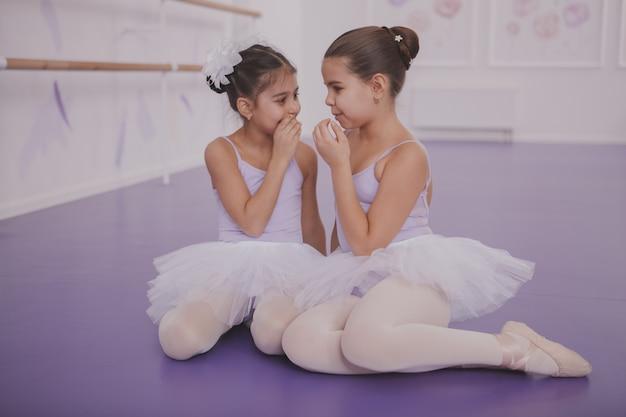 ダンスレッスンの後話している2つの小さなバレリーナ