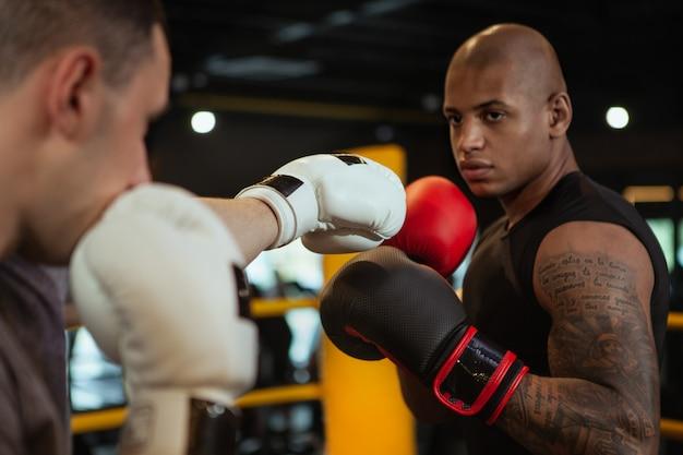 ボクシングジムで一緒にワークアウト2つの男性のボクサー
