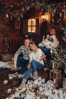 2つのカップルのクリスマスの肖像画