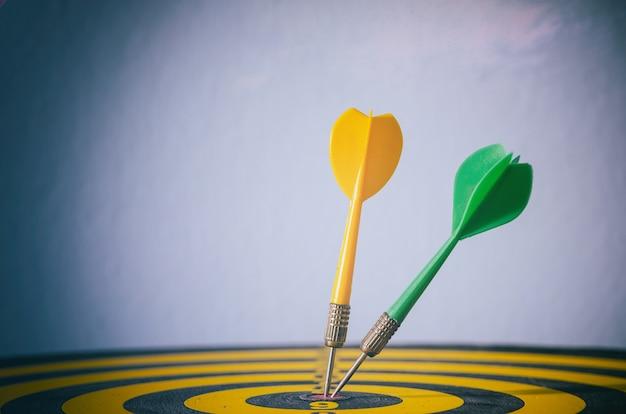 ターゲットの矢印、ターゲットマーケティングのビジネスコンセプトの2色のダーツ。成功または目標シンボル。
