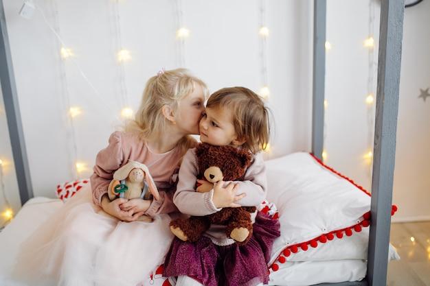 2人の妹が家族写真撮影中に写真のポーズ