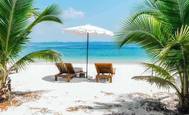 人のいない2つの寝椅子がある海景