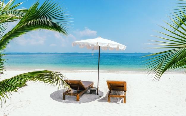 ビーチで2つの太陽ビーズ