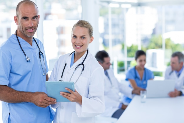 クリップボードを持っている2人の医者、仕事中の同僚