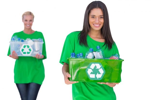 リサイクル可能なボックスを持っている2人の活動家