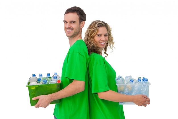 リサイクル可能なボックスを持ち、背中合わせに立っている2人の笑い活動家