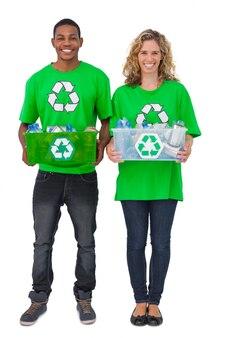 リサイクル可能な箱を持っている2人の環境活動家