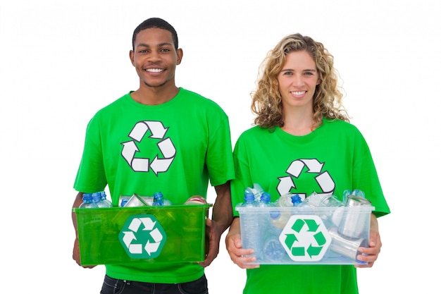 リサイクル可能なボックスを持っている明るい環境活動家2人