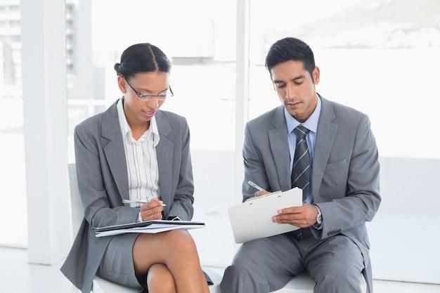 2人の若いビジネスマン、ボードルーム会議でのオフィス