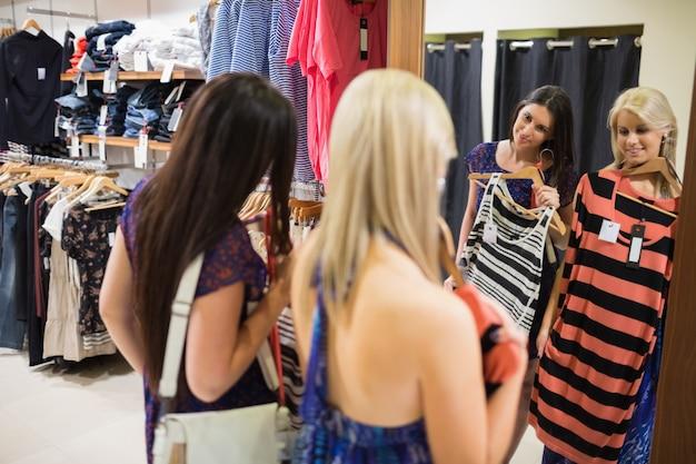 鏡の前で笑っている2人の女性