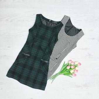 2つのドレスとチューリップの花束。ファッショナブルなコンセプト