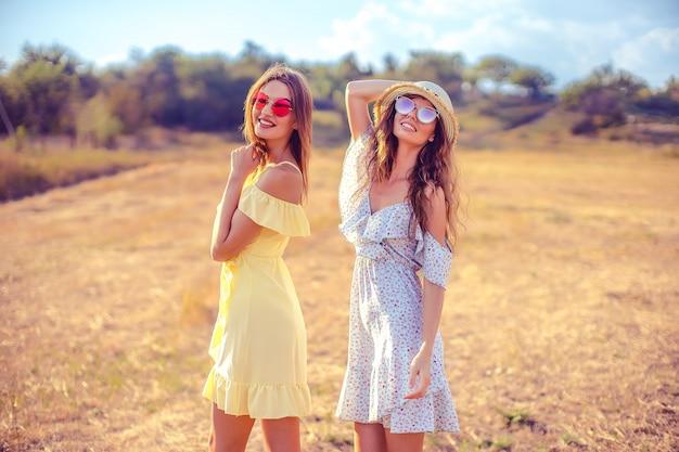 夏のドレスの2つのかわいいガールフレンド