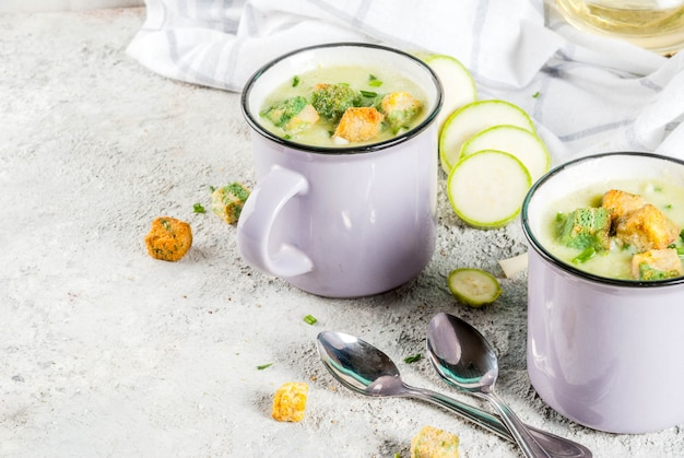 マグカップのパン粉入り自家製ズッキーニクリーミースープの2つの部分