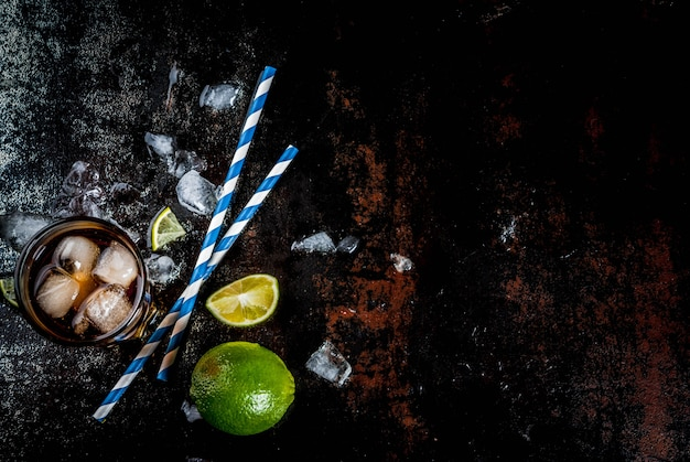 キューバリブレ、ロングアイランドまたはアイスティーカクテル、強いアルコール、コーラ、ライム、アイス、グラス2杯