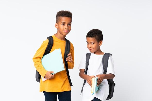 孤立した白い背景の上の2人の男の子アフリカ系アメリカ人学生