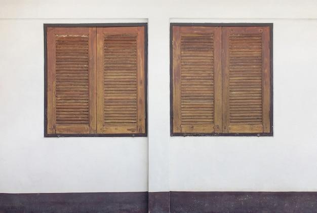 コンクリートの壁に2つの木製の窓
