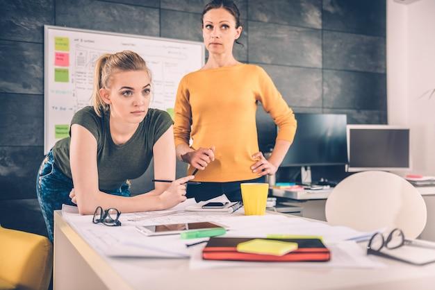 考えている2つのビジネス女性