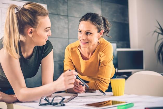 オフィスで話している2つのビジネス女性