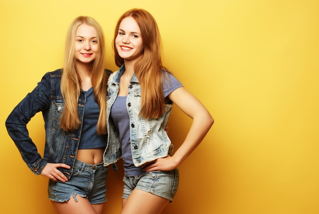 ライフスタイルと人々の概念:一緒に立っている2つのガールフレンド