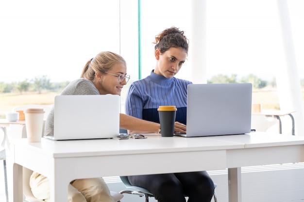 コワーキングで一緒に働く2人の女の子