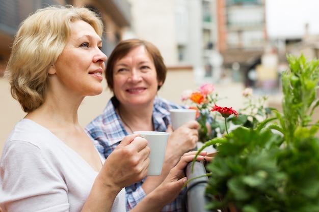 2人の女性がバルコニーで紅茶を飲みます