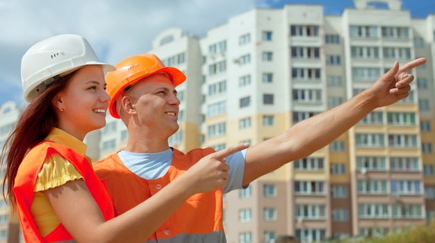 建築現場の前に2人の建築家